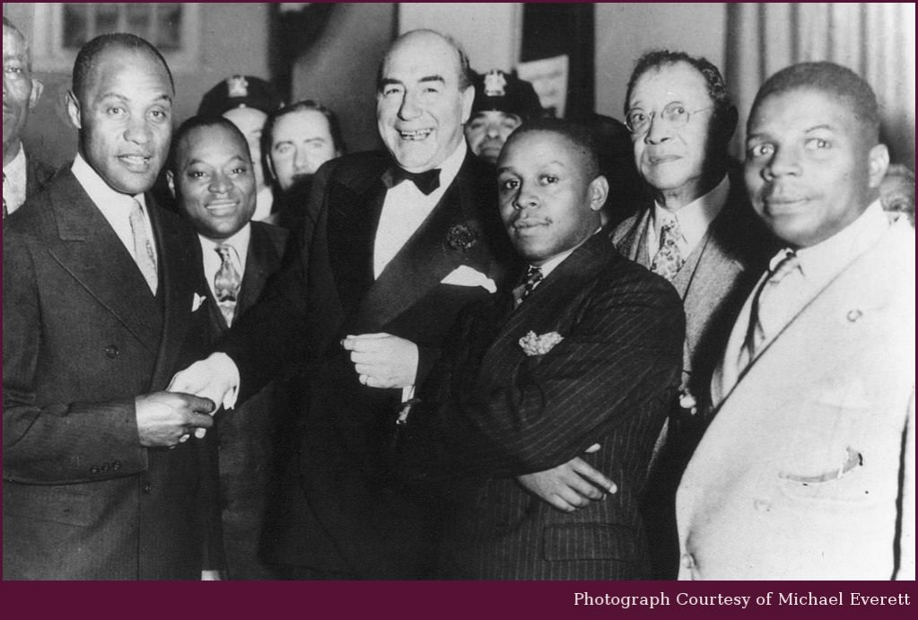 Покровитель спорта: Наки Джонсон (в центре) пожимает руку звезде бейсбола начала XX века Попу Ллойду. После окончания игровой карьеры Ллойд тренировал бейсбольную команду Атлантик-Сити, существовавшую на деньги Джонсона / DR