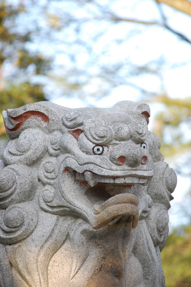 神社の龍と狛犬