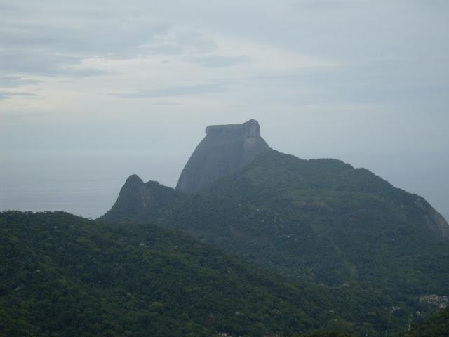Pedra da Gávea e Agulhinha da Gávea à esquerda.