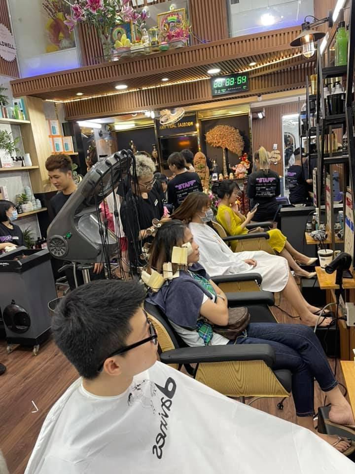 Có thể là hình ảnh về 2 người, tóc và mọi người đang ngồi