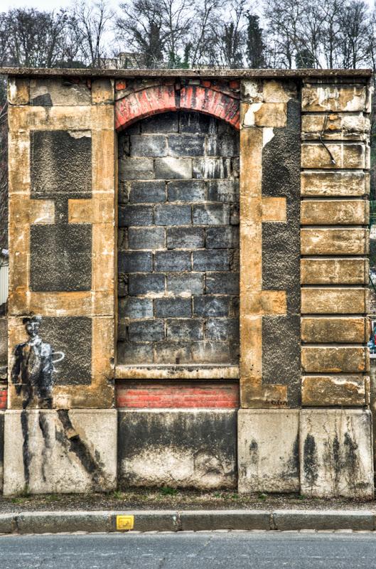 morceau de mur... 20110318_01_ancienne_entree_DSC09961-3_tonemapped