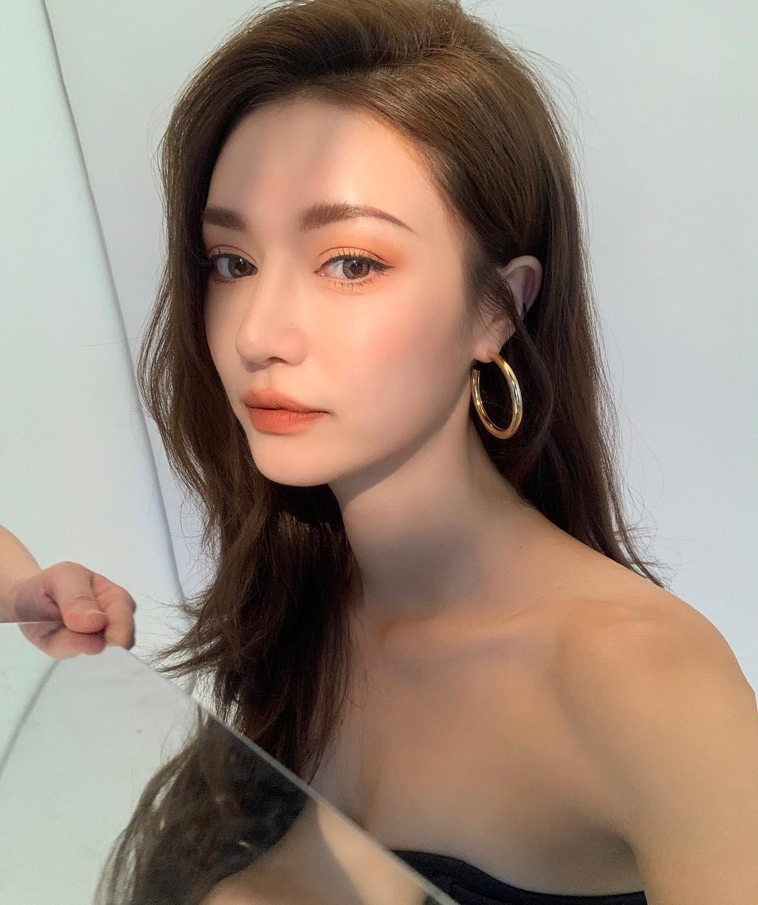 Hot trend make up đầu tiên là tông màu mắt san hô