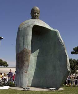 Estatua de Juan Pablo II, de Oliviero Rainaldi, en Roma. Fotografía de EFE/MASSIMO PERCOSSI