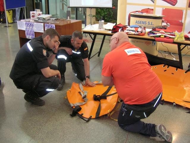 Mostrandole el uso de las nuevas camillas de rescate a miembros de la UME.