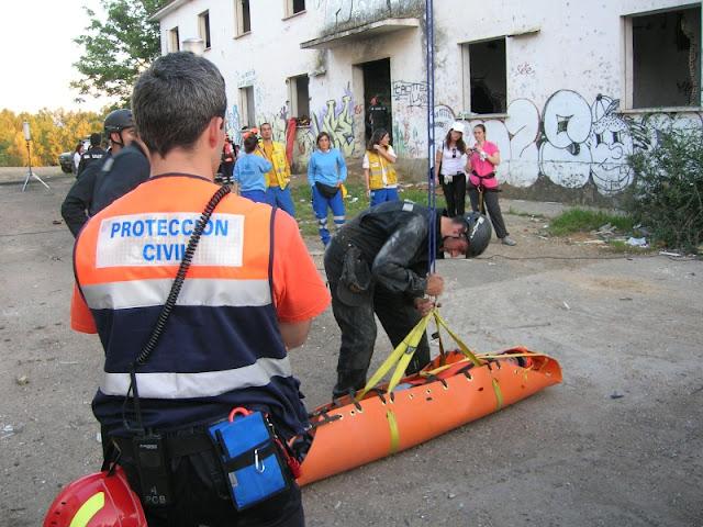 Tras mostrar el uso de las camillas Asens a los miembros de la UME, estos realizaron practicas con las mismas bajo la atenta mirada de nuestros voluntarios.