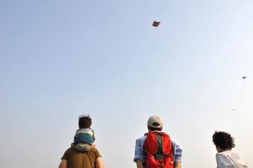 凧を見上げる人々