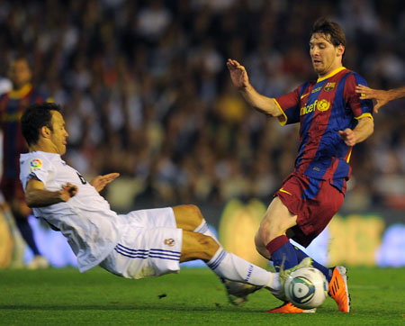 Lionel Messi with Ricardo Carvalho, Real Madrid - Barcelona