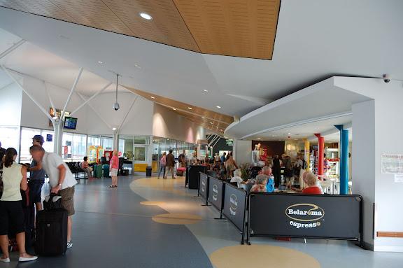 ハービーベイ空港右手は簡単なレストランの写真