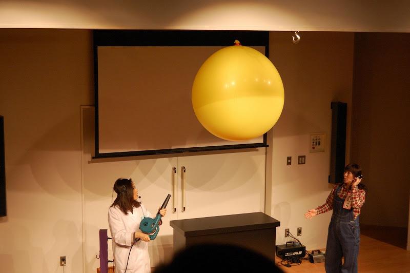 名古屋市科学館・風船をドライヤーで飛ばす写真