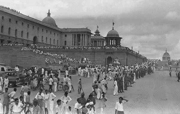 Old India Photos - People waiting for PM - Jawaharlal Nehru