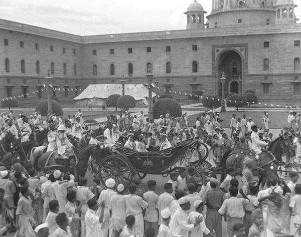 Old India Photos - Mountbatten arrival at Red Fort