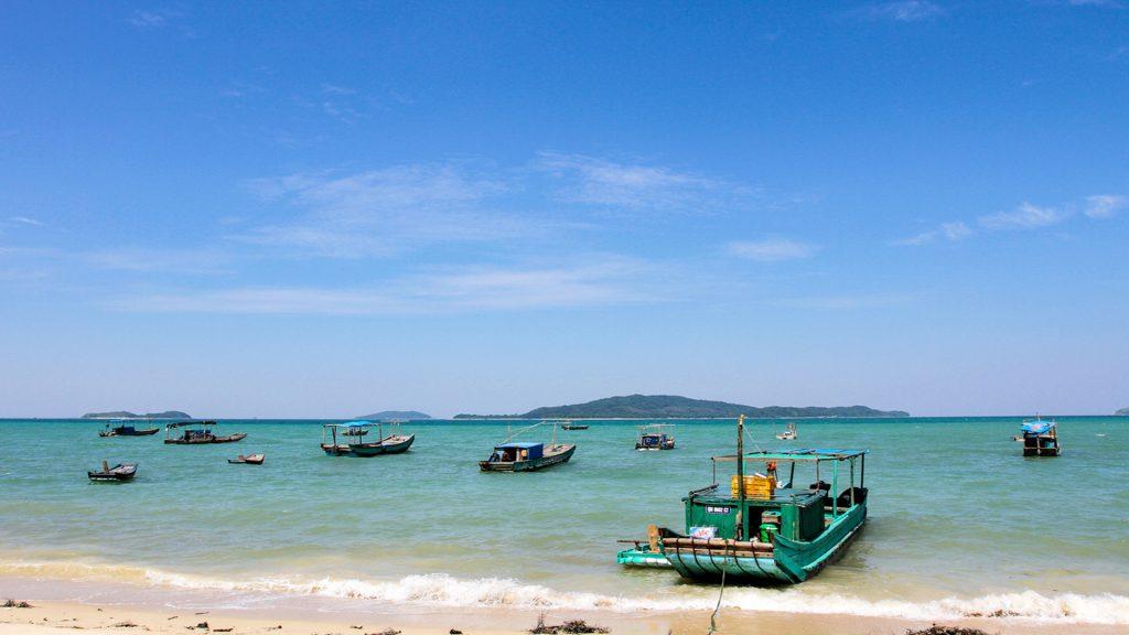 Khi lịch trình đi du lịch cô tô mọi người sẽ được hòa mình vào làn nước xanh biếc tại các bãi tắm đẹp tuyệt