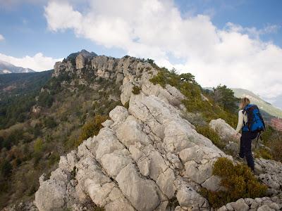 La Sílvia avançant per la Serra de Mata-rodona