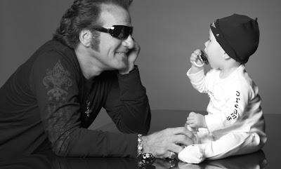 SatisFASHION: Oh, que fofo! Tico Torres, baterista da banda Bon Jovi, e sua grife para bebês rock n' roll