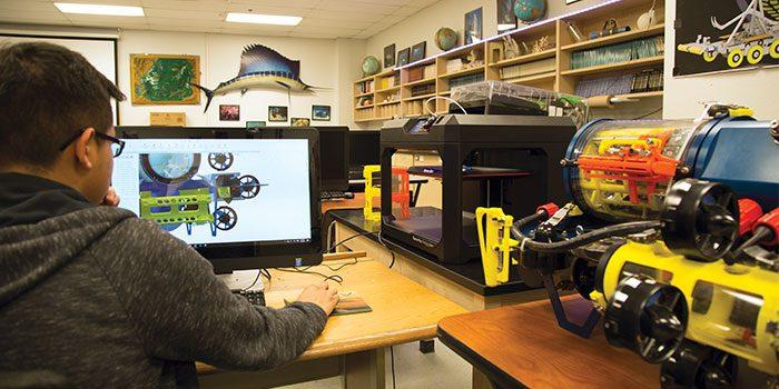 Um exemplo de impressão 3D aplicada ao modelo STEM é o caso da Carl Hayden High School.