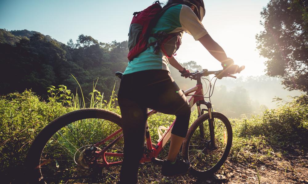 Estudo mostra que usuários de bikes elétricas levam menos tempo se deslocando em rotas montanhosas. (Fonte: Shutterstock)