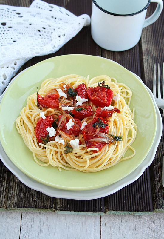 Espagueti con tomates asados, mozzarella y albahaca