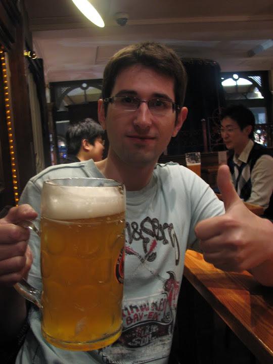 Nico avec une choppe de bière