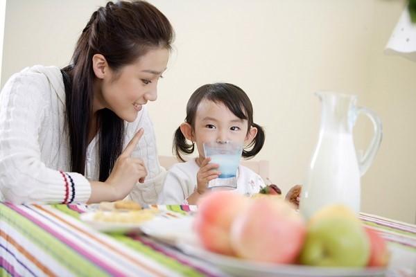 Không nên cho trẻ uống quá nhiều sữa tươi trong ngày