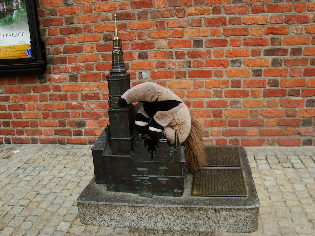 Tadeusz z miniaturą Ratusza