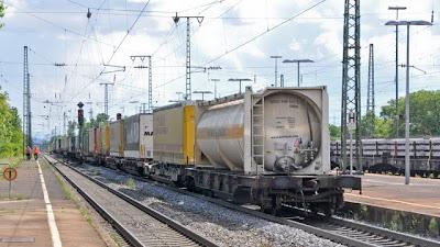 Die vordere Hälfte des Güterzugs blieb unversehrt und kam am Ende des Bahnofs zum Stehen.