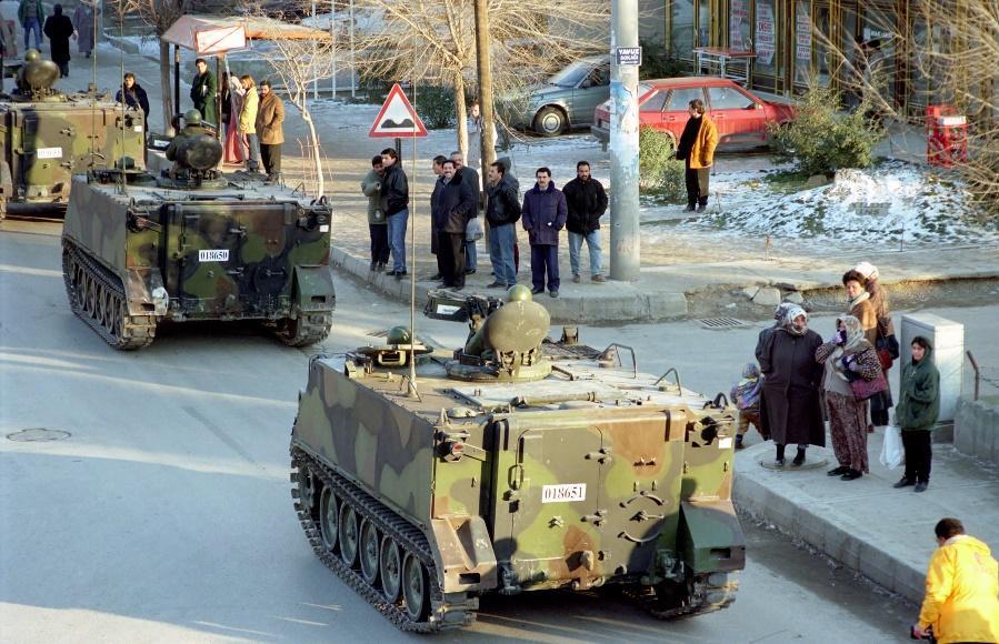 Εικόνα που περιέχει στρατιωτικό όχημα, υπαίθριος, μεταφορά  Περιγραφή που δημιουργήθηκε αυτόματα