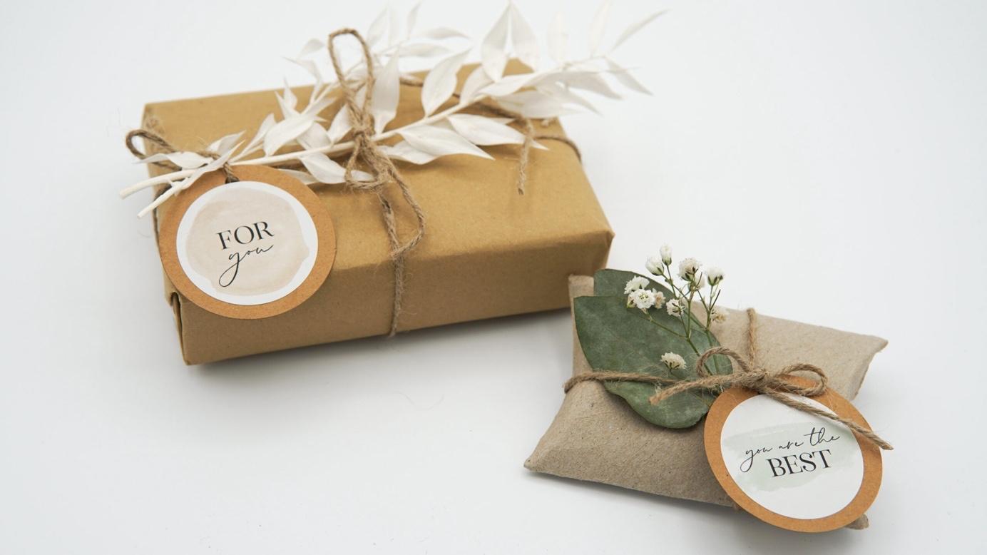 Nachhaltige Geschenkverpackung mit Stickern