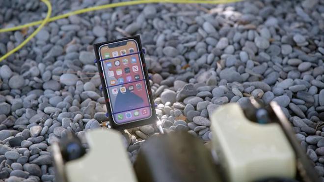 Bất ngờ trước khả năng chống nước bá đạo của iPhone 12 - 3