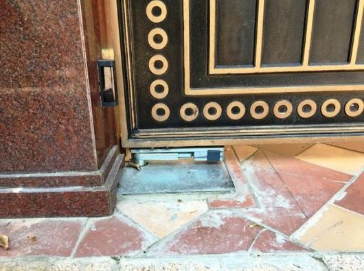 Cổng tự động âm sàn có motor chôn dưới đất