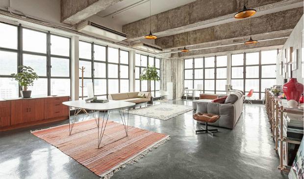Apartemen dengan desain interior industrial yang menggunakan material beton sebagai flooring - source: vintageindustrialstyle.com