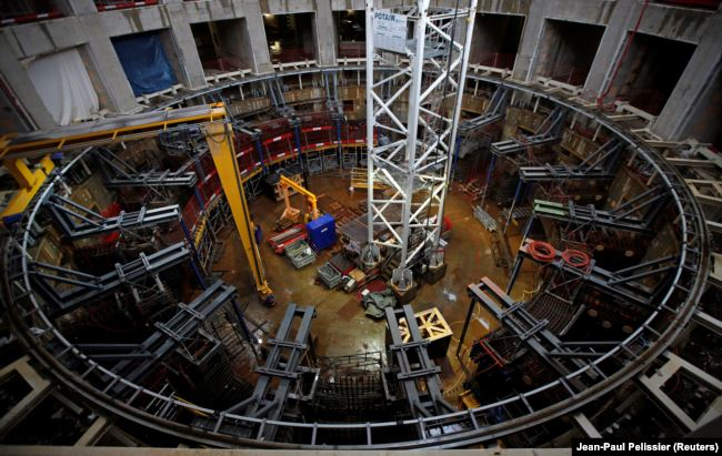 Техники работают внутри здания, где будут изготовлены четыре катушки полоидального поля на строительной площадке Международного термоядерного экспериментального реактора ITER в окрестностях Сен-Поль-ле-Дюранс в Провансе