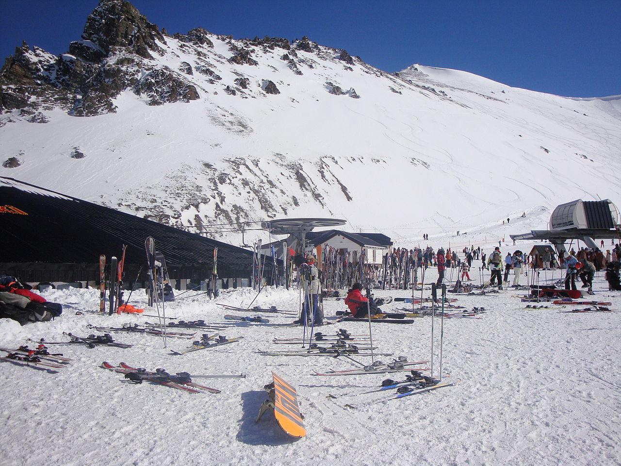 1280px-Centro_de_esqu%C3%AD_y_snowboard_