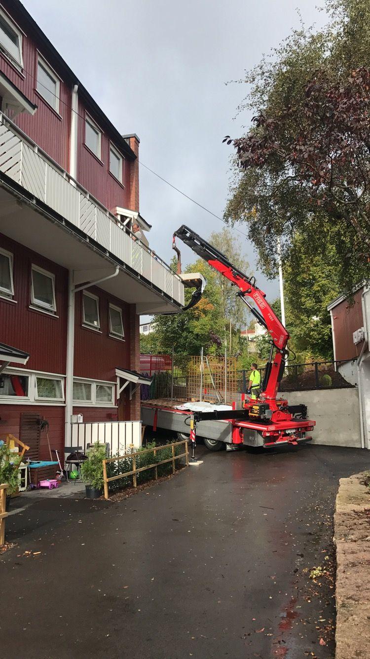 Kran som løfter materiale til leilighet i tredje-etasje, vi renoverer leiligheter i Ski og Follo