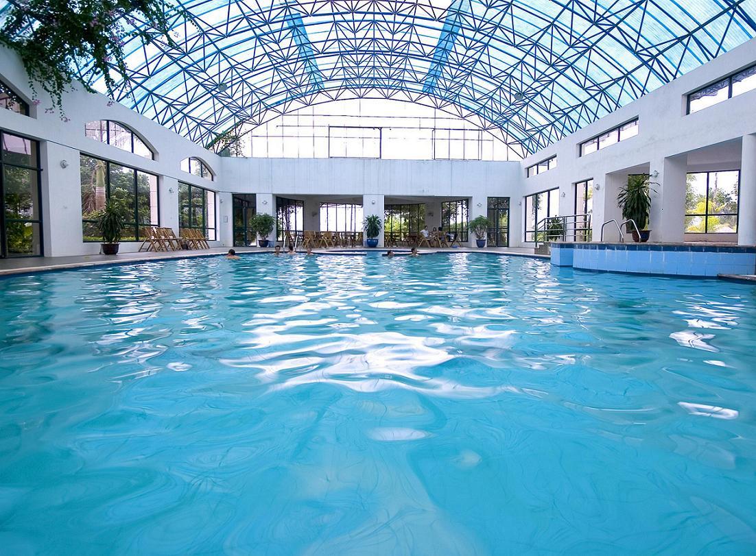 Tấm lợp lấy sáng trong công trình lợp mái bể bơi