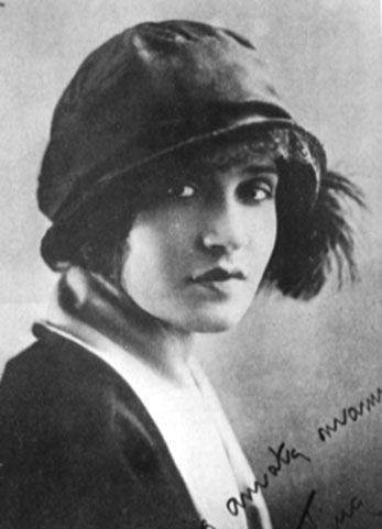 Foto en blanco y negro de una persona con un sombrero  Descripción generada automáticamente