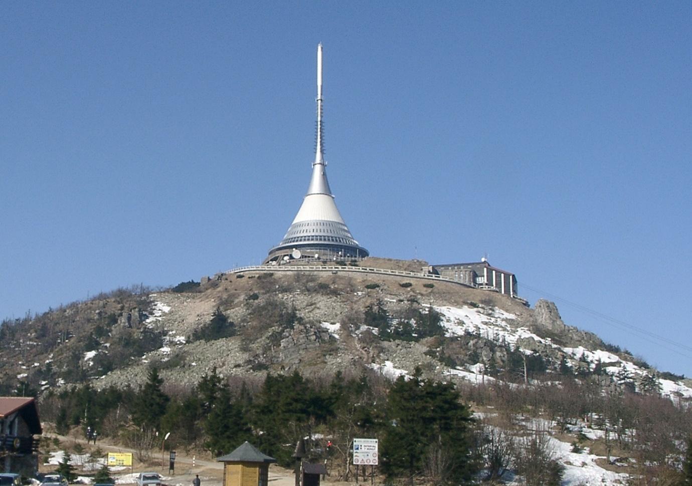 Obsah obrázku exteriér, obloha, budova, hora  Popis byl vytvořen automaticky