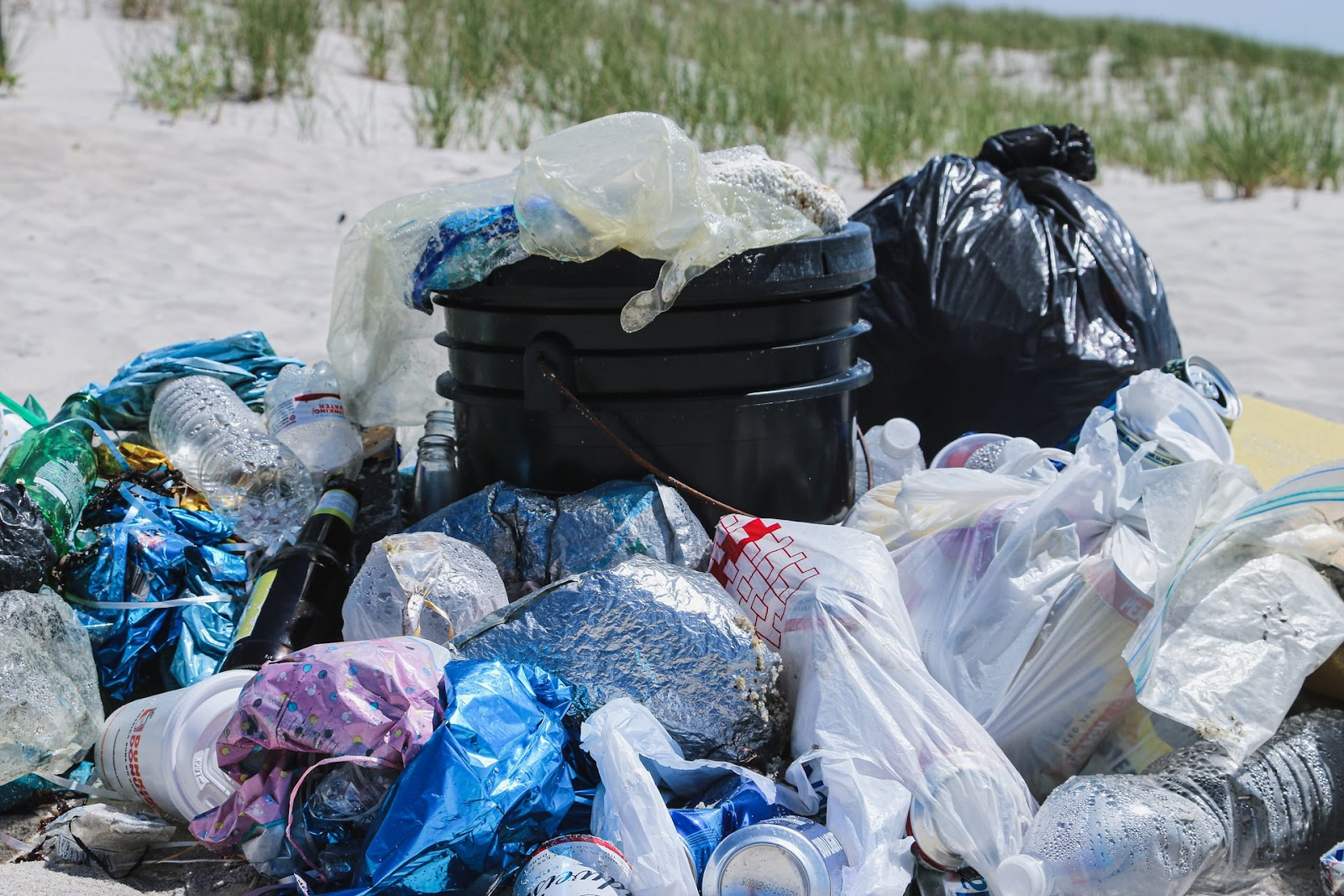 resíduos sólidos acumulados, sacos de lixo