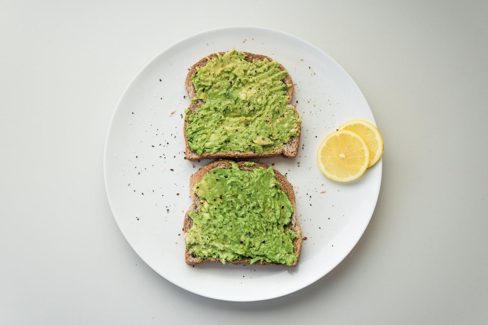 Torradas de abacate estão na lista de comidas boas para o cérebro (Imagem:  Douglas Bagg/Unsplash)
