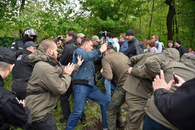 У стройплощадки в Протасовом Яру снова произошла потасовка между активистами и представителями застройщика 01