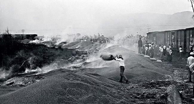 Fotografia da queima do café realizada no Brasil em decorrência da Crise de 1929.