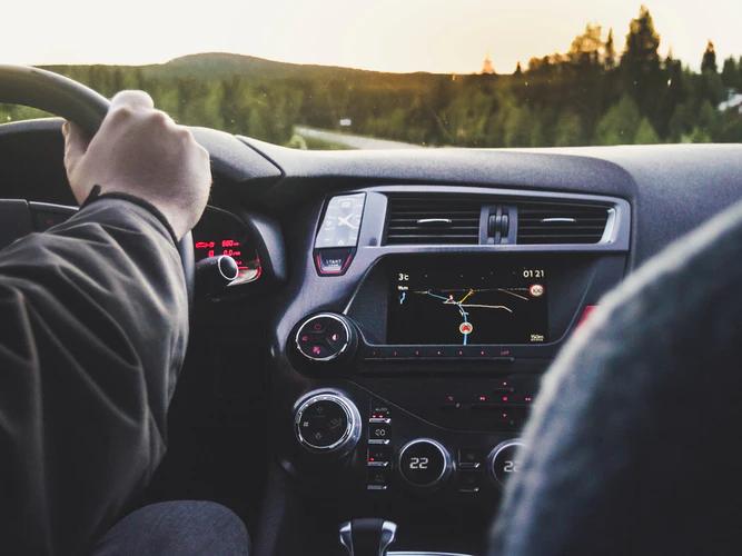 Motorista com as mãos no volante dirigindo Uber Select ou 99Comfort.