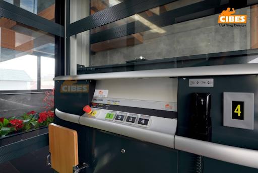 Nút ấn cứu hộ thường được thiết kế với màu sắc nổi bật trên bảng điều khiển thang máy