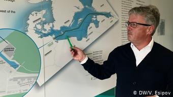 Пресс-секретарь компании Nord Stream 2 Йенс Мюллер у карты Северного потока - 2