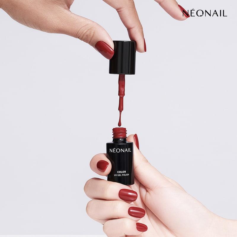 Perfect Red czerwień idealnie pasująca do każdego odcienia skóry lakier wszklanej butelce