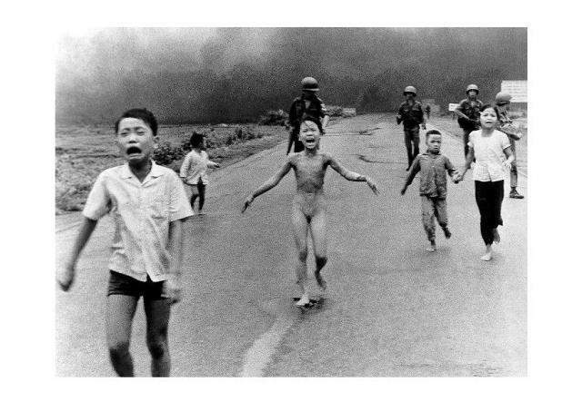 La imagen de Kim Phuc, esa niña vietnamita delgadísima, corriendo desnuda por una carretera y llorando con el cuerpo quemado por napalm, dio la vuelta al mundo. Es de esas imágenes que se nos quedan grabadas en la retina una vez que la ves.