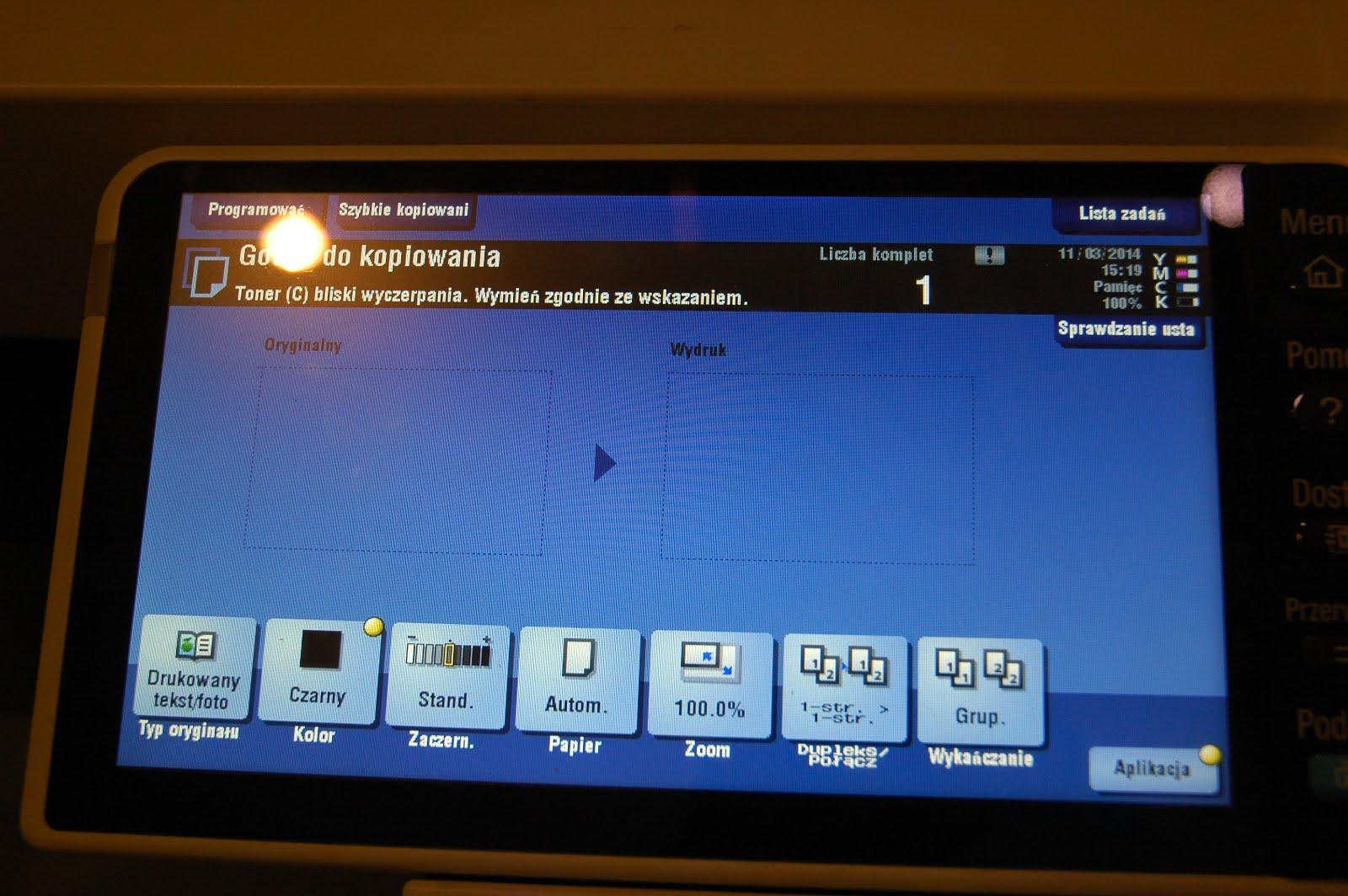 ekran kserokopiarki konica minolta informujący o kończącym się tonerze