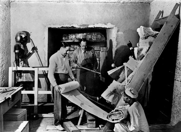 Image - Discovery of the tomb of pharaoh Tutankhamun in the Valley of the Kings (Egypt) : Howard Carter and Arthur Callender in the antechamber at doorway of sepulchral hall, protecting a sentinel statue, November 29, 1923, photo by Harry Burton, © Tallandier / Bridgeman Images