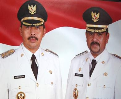 ... Kiri) H Nurdin Basirun dan wakil Bupati Karimun (Kanan ) H <b>Aunur</b> <b>Rafiq</b>