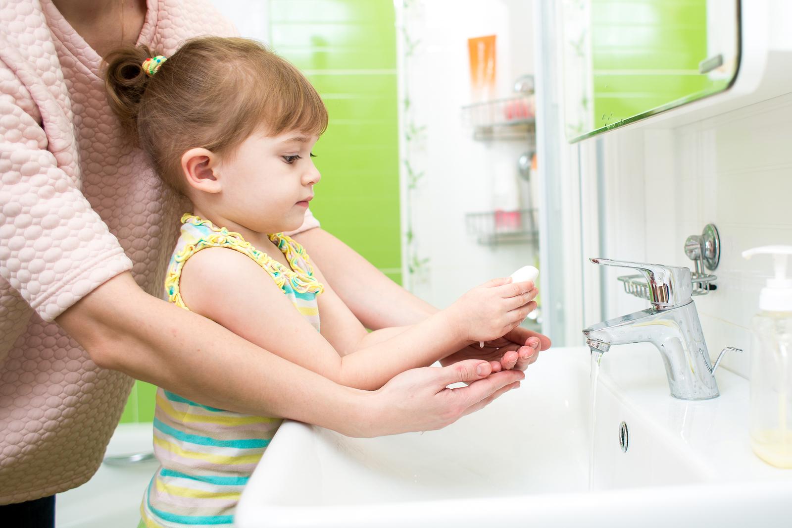 Cha mẹ khuyến khích, hướng dẫn trẻ rửa tay thường xuyên với xà phòng để phòng tránh bệnh tay chân miệng