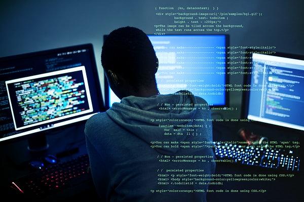 Homem programando em três computadores ao mesmo tempo - Você nunca vai saber tudo de programação